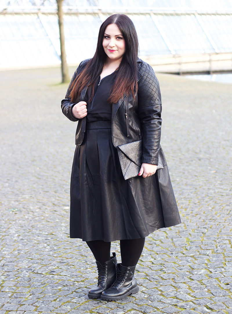 ALL BLACK LEATHER OUTFIT mit schwarzen boots