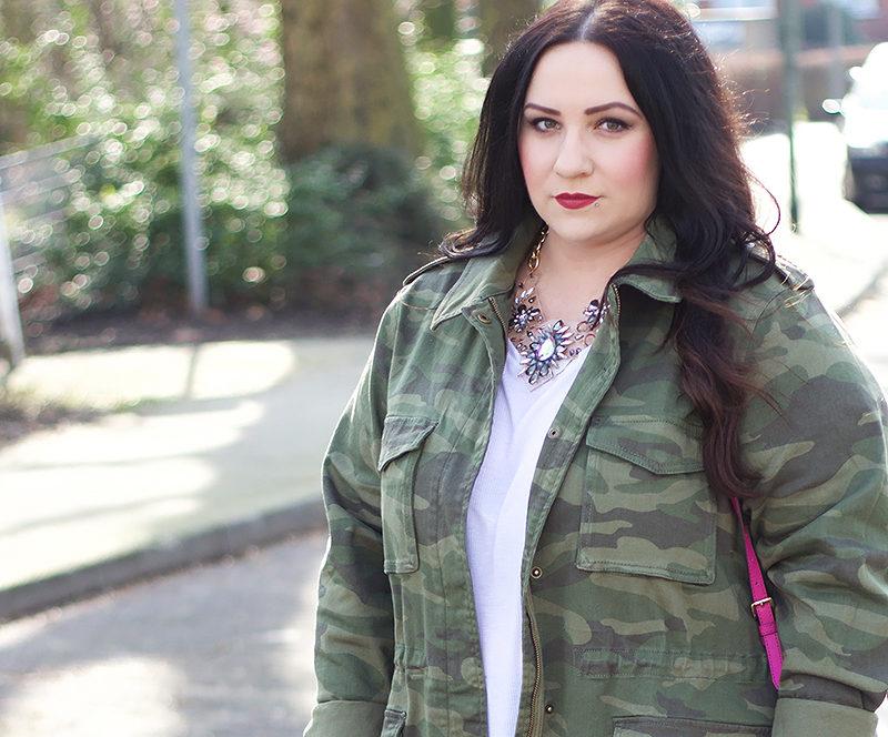 weiße bluse mit militär jacke